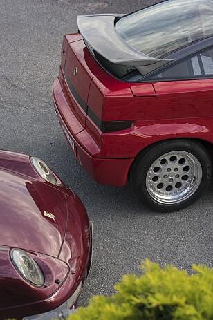 KONTRASTENE:Kantete Italiensk design med Alfa Romeo SZ mot runde Tyske former hos Porsche med en 993. Foto: Paal Kvamme