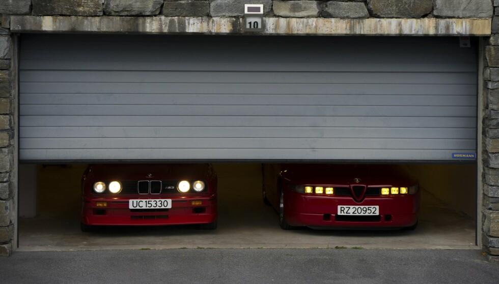 """VELKJENT OG UKJENT: BMW M3 til venstre er lett gjenkjennelig i bakspeilet. Men kjenner du igjen Alfa Romeo SZ i lykter i bakspeilet, er du nok en """"Alfaholic"""". Foto: Paal Kvamme."""