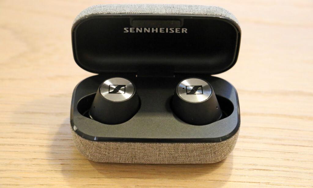 SMEKKER PÅ PLASS: Via magneter smekker øreproppene på plass i etuiet når du legger dem til lading. Foto: Pål Joakim Pollen