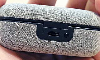USB-C: Etuiet lades med USB-C-tilkobling, og den lille knappen på baksiden lar deg sjekke gjenstående batteri, som da angis med et farget LED-lys. Foto: Pål Joakim Pollen