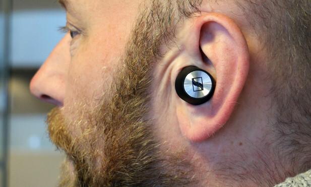 GOD PASSFORM: Momentum true wireless sitter godt i ørene, og vi klarer fint både å spasere og spise lussekatter uten at de løsner. Foto: Martin Kynningsrud Størbu