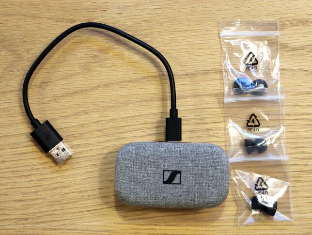 KORT KABEL: Den medfølgende USB-C-kabelen er ganske kort. Du får også med tre ekstra sett med tupper, altså fire par totalt. Foto: Pål Joakim Pollen