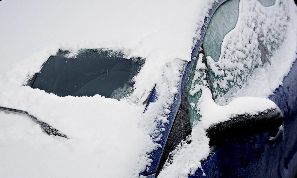 ET ORK Å SKRAPE? Du får store bøter om du ikke frigjør bilrutene for is og snø. Foto: Jacques Hvistendahl