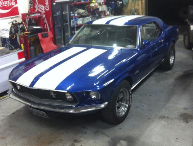 AMCAR. En strøken Mustang er høyt ansett i Amcar-miljøet, men også av kompisene. Den ene kompisen ble litt overivrig, og det endte nesten i ras. Foto: Kaj Alver