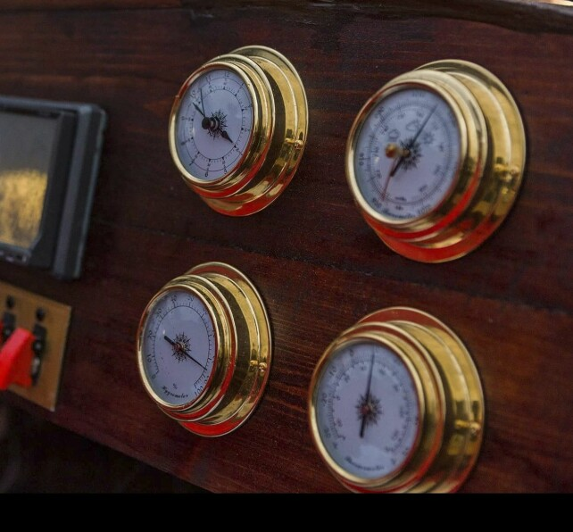 DETALJER: Maritime klokker til instrumenteringen handlet fra den lokale Biltema. Foto: Andre Kragset