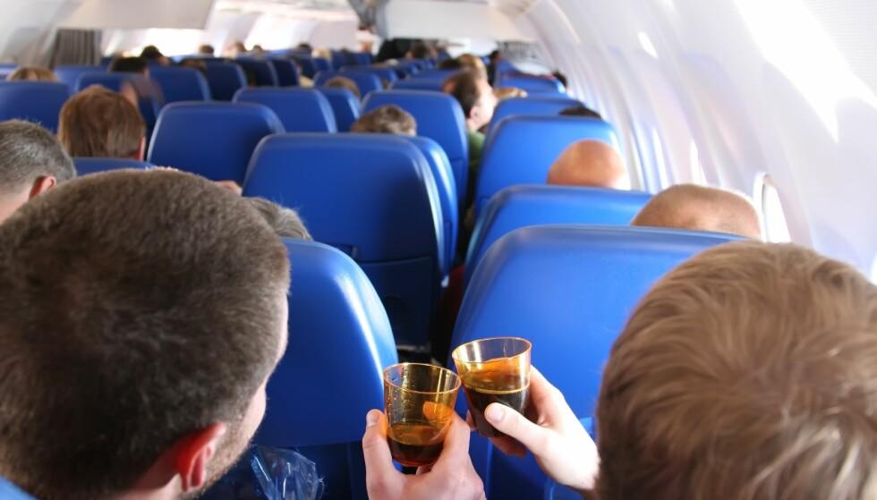 <strong>UNDER PÅVIRKNING:</strong> Det er ikke bare alkohol flypassasjerer tar, før og underveis på flyreisen. Foto: Shutterstock/ NTB scanpix