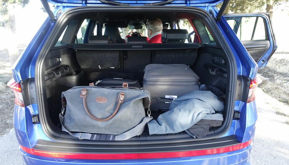 SVÆRT: Det praktiske bagasjerommet med store kroker, lommelykt og hendler for å slå ned setene, er romslig. På bakseteryggen ser du to filtvesker som inneholder pledd til sovepakken som koster 4000 kr ekstra. Foto: Rune M. Nesheim