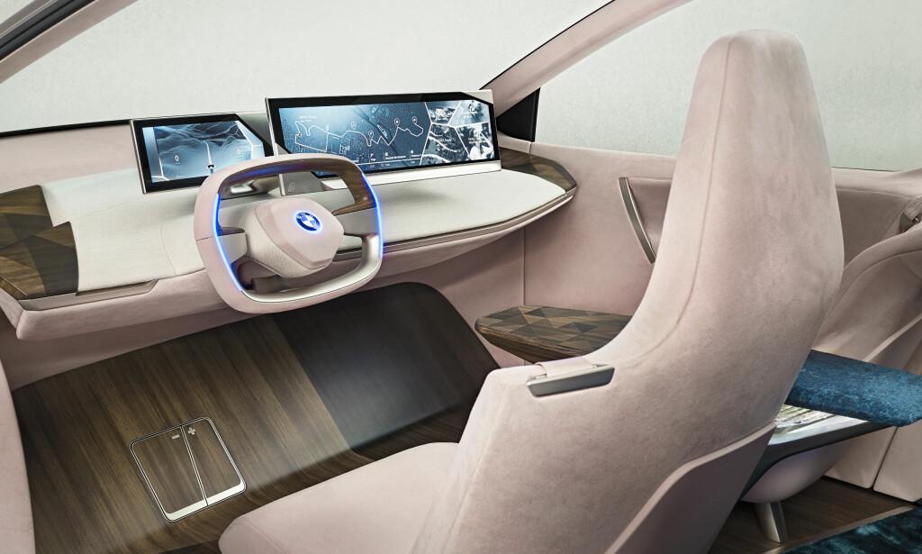 FUTURUM: Digitale skjermer i samarbeid med trykkfølsomme flater integrert i interiørmaterialene tekstil og treverk, utgjør en mulig fremtid for betjening av bilens funksjoner, i denne visjonen. Foto: BMW
