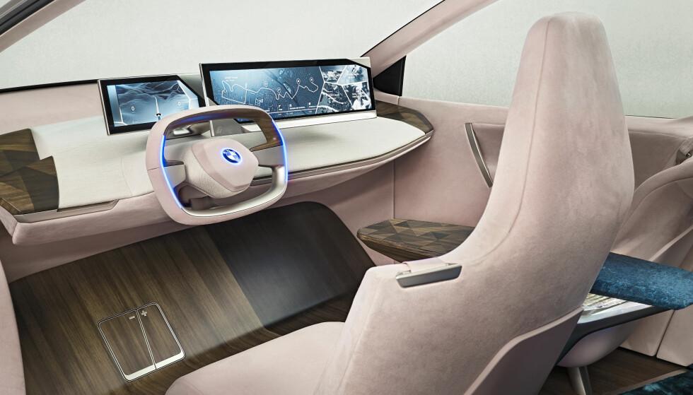 <strong>FUTURUM:</strong> Digitale skjermer i samarbeid med trykkfølsomme flater integrert i interiørmaterialene tekstil og treverk, utgjør en mulig fremtid for betjening av bilens funksjoner, i denne visjonen. Foto: BMW