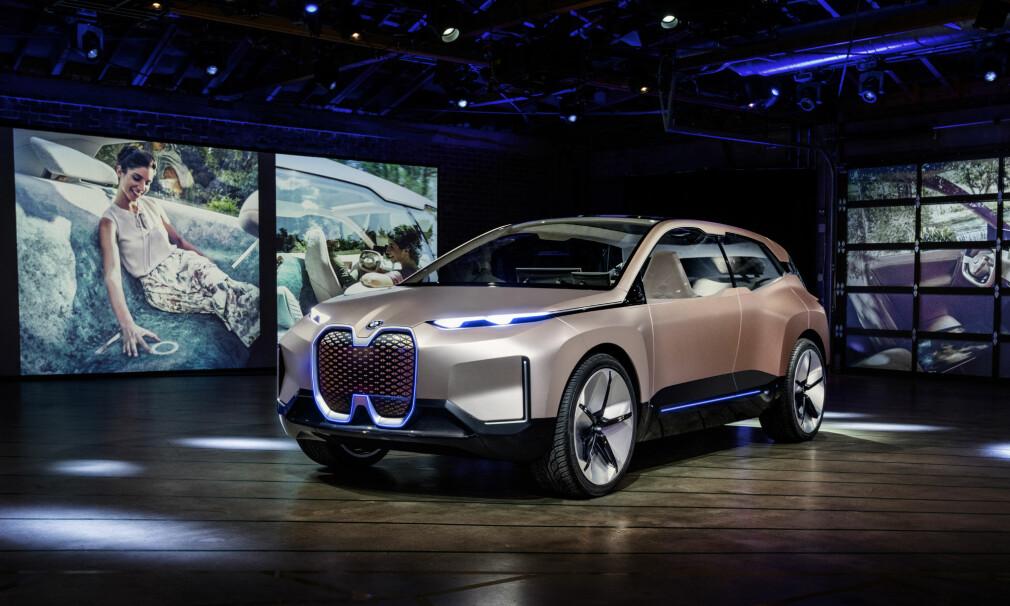 SKAL PRODUSERES: Dette er BMWs konseptbil Vision iNEXT Concept, rett etter avdukingen på Los Angeles Auto Show. Den store elektriske SUV-en inneholder elementer av bilen som skal i produksjon i 2021. Vi gjetter at navnet blir iX5 - eventuelt iX7 (BMW har sikret seg rettigheten til disse modellbetegnelsene), men det er per i dag spekulasjon fra vår side. Foto: BMW