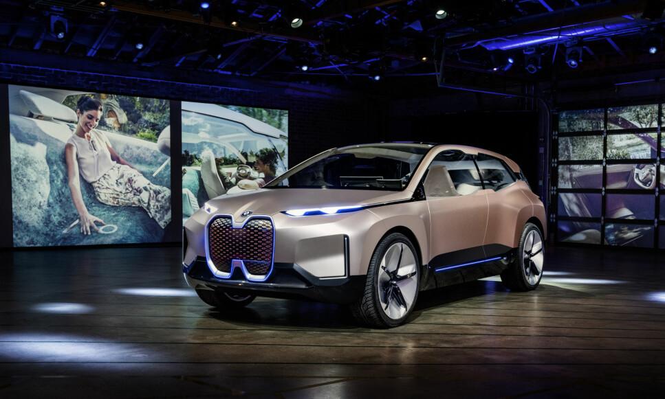 <strong>SKAL PRODUSERES:</strong> Dette er BMWs konseptbil Vision iNEXT Concept, rett etter avdukingen på Los Angeles Auto Show. Den store elektriske SUV-en inneholder elementer av bilen som skal i produksjon i 2021. Vi gjetter at navnet blir iX5 - eventuelt iX7 (BMW har sikret seg rettigheten til disse modellbetegnelsene), men det er per i dag spekulasjon fra vår side. Foto: BMW