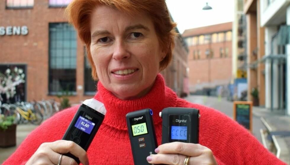 ANBEFALER ALKOMÅLER: Rådgiver for trafikksikkerhet Anne Beate Budalen i MA Risfri Trafikk anbefaler målere som er godkjent etter den europeiske CEN-standarden «EN 16280:2012». Foto: MA Rusfri Trafikk