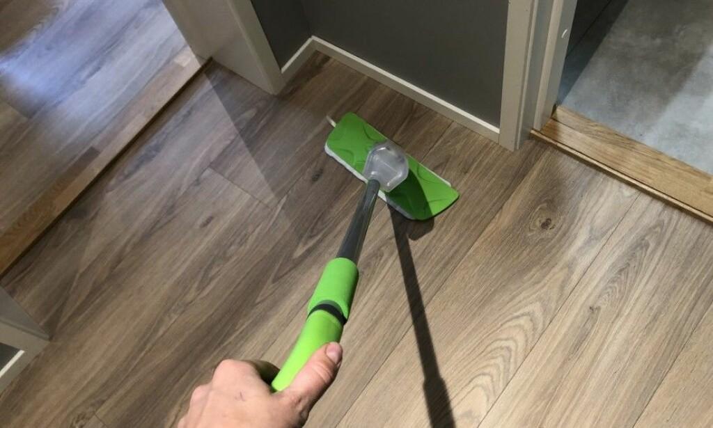 GULVVASK: Vann er egentlig gulvets største fiende. I artikkelen under får du vite hvordan du bør rengjøre gulvet - uten vann. Foto: Linn Merete Rognø.