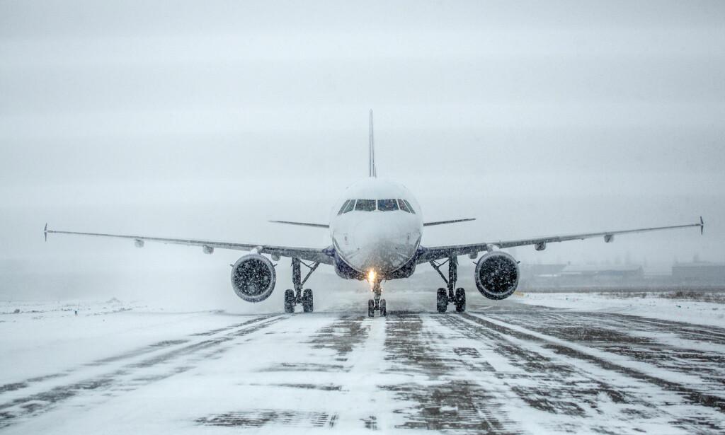SELVKJØRENDE SNØRYDDERE: Snart kan også landingslys på rullebaner bli snøryddet av selvkjørende kjøretøy. Foto: NTB Scanpix