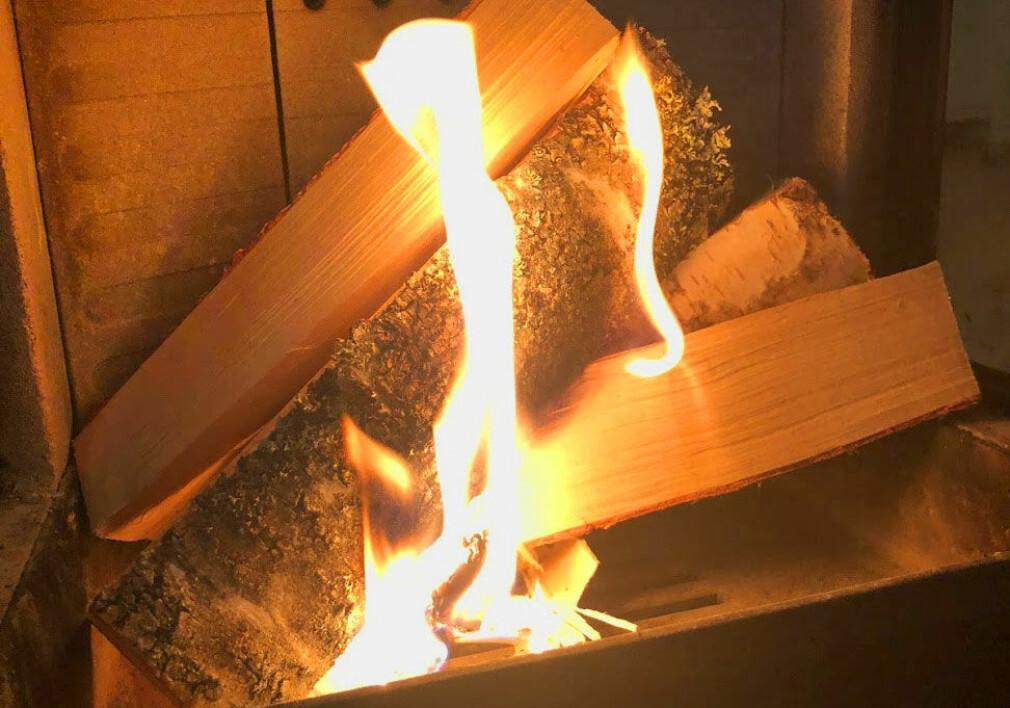 VARM VINTER: En kald vinterkveld blir betydelig varmere ved å fyre opp i ovnen. Sjekk hvor du får billigst bjørkeved lenger ned i saken. Foto: Bjørn Eirik Loftås
