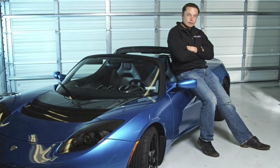 Elon Musk med første generasjon Tesla Roadster, bilprodusentens første elbil - før Model S. Foto: NTB Scanpix