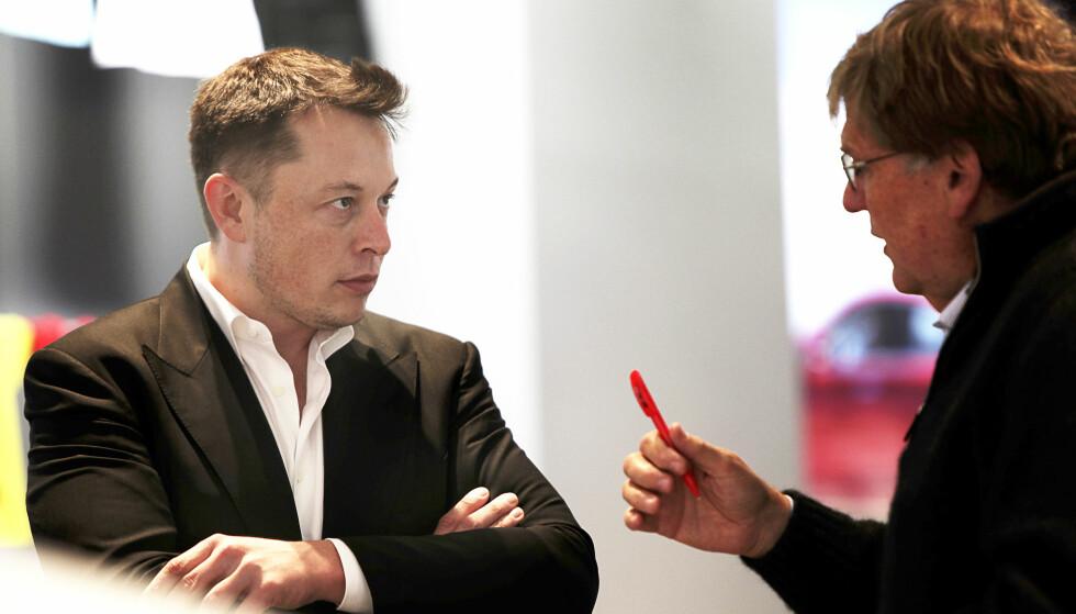 TO KJENTE: Elon Musk og Ben Oliver er to gamle kjente. Her i prat om fremtiden. Foto: NTB Scanpix