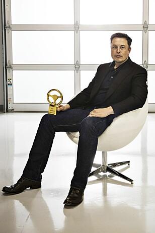 <strong>PRISVINNER:</strong> Elon Musk på Tesla-fabrikken med «Det Gylne Ratt, Europas mest høythengende bilprodusent-pris. Foto: NTB Scanpix