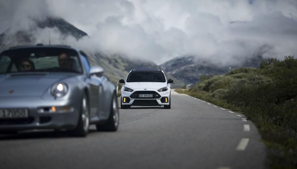 IKONER: Det var herlig å se to biler, som regnes som ikoner på hver sin måte, sammen. Tor Ove Helling sin Porsche 993 Turbo og Stian Lægreid hakk i hæl med sin Ford Focus RS. Foto: Dave Cox