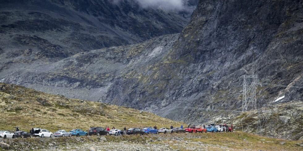 STORT OPPMØTE: Det var forventet bare 20 superbiler med på den flotte turen - det endte opp med 50. Foto: Dave Cox
