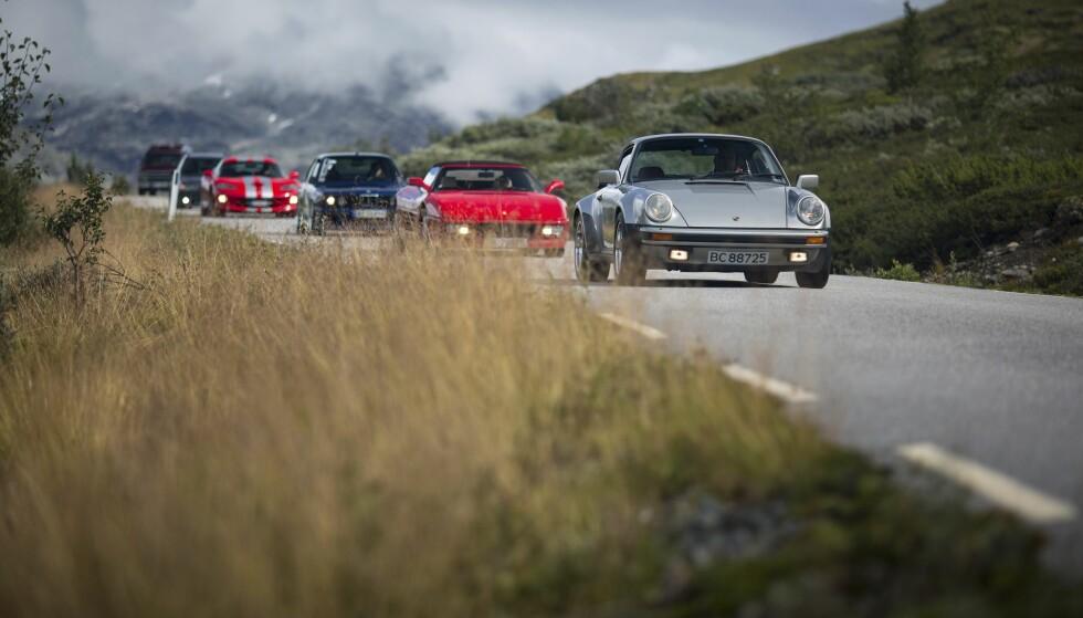 NYDELIG TUR: Et stort spekter biler tok den fantastiske kjøreturen i Sogn og Fjordane.  Foto: Dave Cox