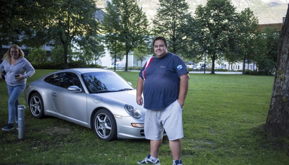 «KJÆRESTETUR»: Knut-Roger Miland og Anita Bruvik fikk testet ut sin nyinnkjøpte Porsche 997 og var overbegeistret. «Jeg våget ikke skru av antiskrens-systemet», sa Knut-Roger. Én ting var sikkert. Hit skulle de tilbake. Foto: Dave Cox