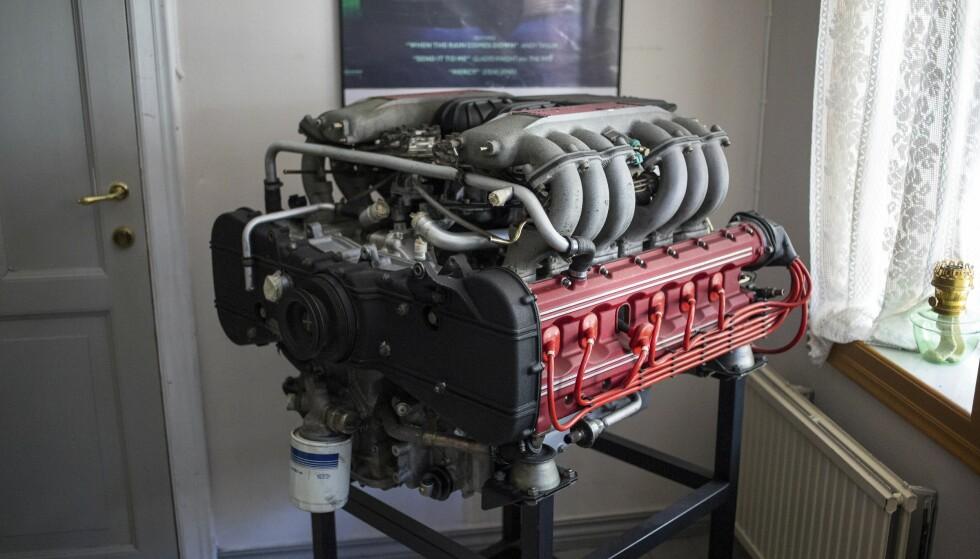«KUNST»: Johannes Einemo har utstilt en Ferrari Testarossa-motor på hotellet sitt.  Foto: Dave Cox