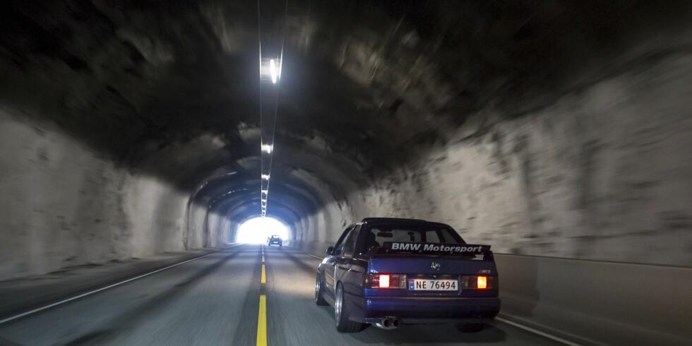 UNIK: Bjørn Werner Larsen tok med sin originale BMW E30 M3, med motor fra Nissan Skyline, på tur. Foto: Dave Cox