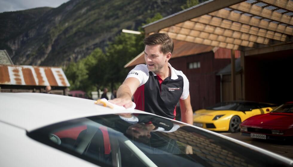 GNIKKE: Torgeir Bjørnland tok vasken på alvor, og klargjorde sin Porsche 911 GT3 RS for tur. Foto: Dave Cox