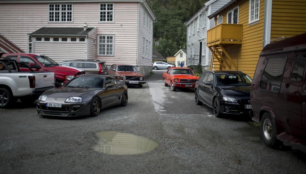 STORT SPEKTER: Langt flere biler stilte til start, enn forventet. Og for en miks! Her ser vi blant annet Toyota Supra, Ford Mustang, Chevy Van, Volvo 240, Dodge Ram og Isuzu. Foto: Dave Cox