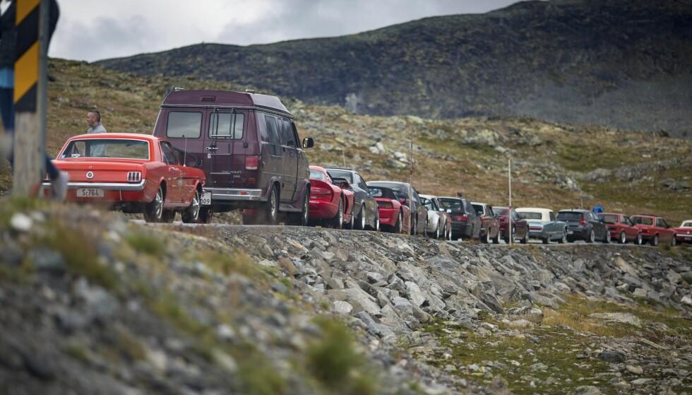 STORT OPPMØTE: Om lag 50 biler var med på kjøreturen i Sogn og Fjordane. Foto: Dave Cox