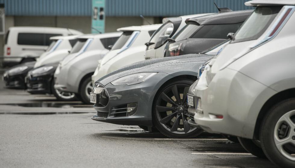 STORE FORVENTNINGER: Ladbare biler er langt mer populære i Norge enn i andre europeiske land, og importørene jobber for å få inn så mange av disse som mulig til det norske markedet, som resulterer i ventelister på en god del bilmodeller og store forventninger til leveringsvolumene på disse bilene. Foto: Fredrik Varfjell/NTB Scanpix.