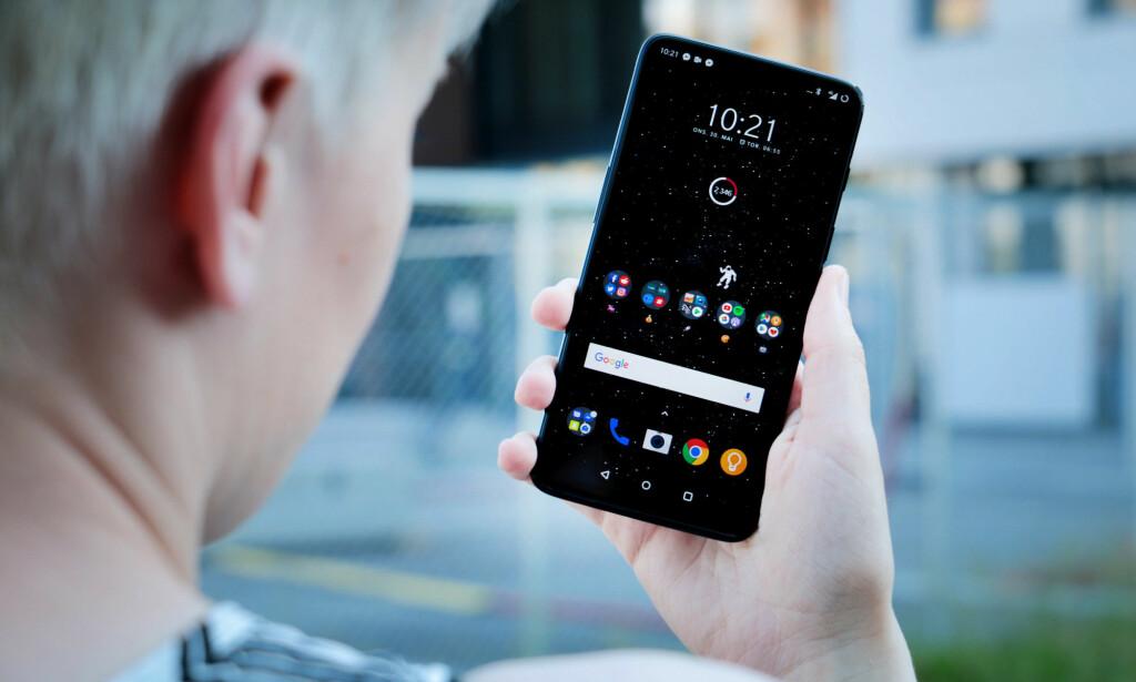 FLINKEST PÅ Å OPPDATERE: Ved siden av Googles egne telefoner, er det OnePlus som historisk sett oppdaterer telefonene sine flest ganger. Foto: Ole Petter Baugerød Stokke