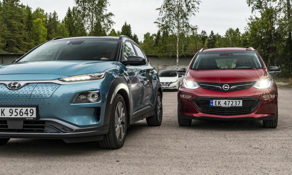 POPULÆRE BILER: Mens nordmenn har slitt med å få tak i de ettertraktede elbilene Hyundai Kona (t.v.) og Opel Ampera-e (t.h.) har Nissan levert jevnt og trutt av sin Leaf (bak). Foto: Jamieson Pothecary