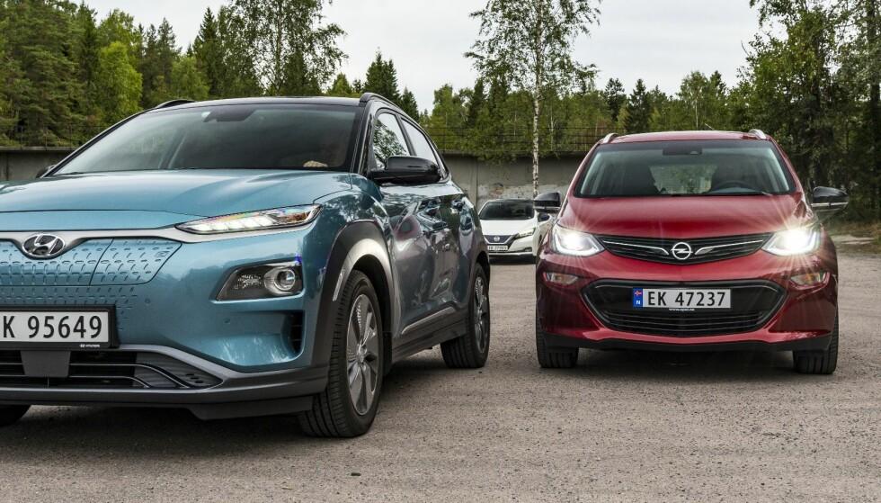 <strong>POPULÆRE BILER:</strong> Mens nordmenn har slitt med å få tak i de ettertraktede elbilene Hyundai Kona (t.v.) og Opel Ampera-e (t.h.) har Nissan levert jevnt og trutt av sin Leaf (bak). Foto: Jamieson Pothecary