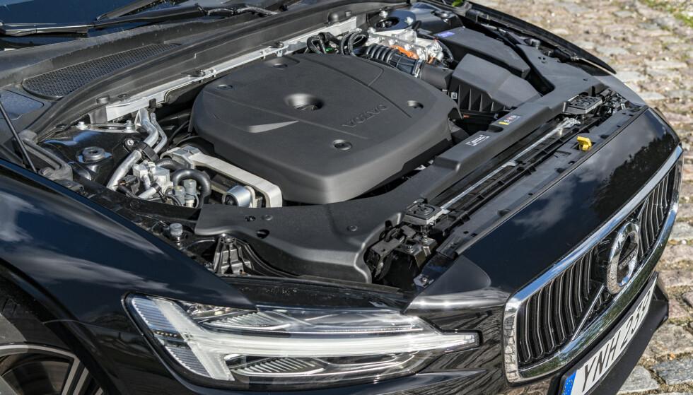 <strong>EN MOTOR:</strong> Volvo har, med unntak av kommende XC40, kun tolitere på programmet. Denne har 253 hester og 350 Nm. Bakhjula dytter på med 87 hester og 250 Nm. Bestill forøvrig bilen med de avanserte LED-lampene som masker ut trafikken foran. Foto: Jamieson Pothecary.