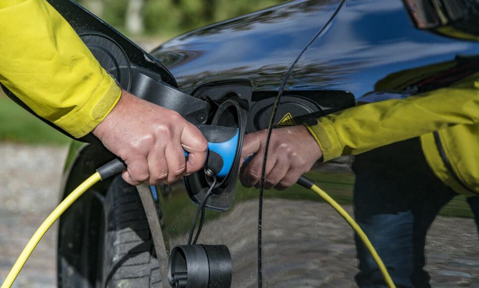 PÅ STRØM: Snart kan du kjøre Volvos mest kjøreglade bil på strøm. V60 T8 Twin Engine er tilgjengelig i Norge om en måneds tid. Vi kjørte den svakere versjonen. Den er sprek nok for de fleste og blir tilgjengelig til sommeren. Foto: Jamieson Pothecary