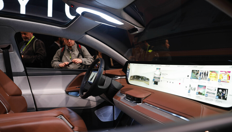 BYTON M-BYTE: Fremtidsbilen Byton M-Byte har intet mindre enn fem skjermer. To av dem ser du her. Foto: John Locjer/AP.