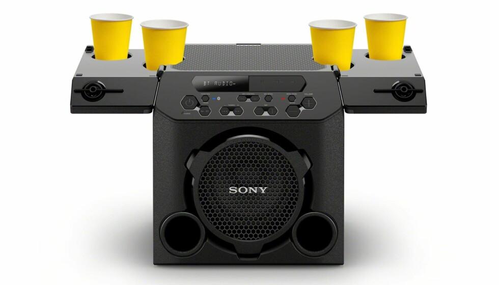 KOPPHOLDER: Denne Sony-høyttaleren har innebygd koppholder, men det skal være rimelig seint på kvelden før brettet egner seg til beer pong. Foto: Sony