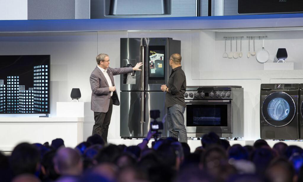 NYTT SMART-KJØLESKAP: Samsung viste frem sitt nyeste smarte kjøleskap på årets CES-messe i Las Vegas. Foto: Samsung