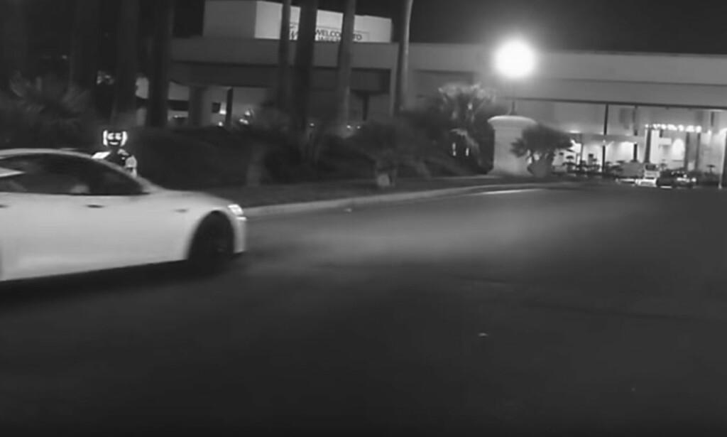 KRASJER: Her skal angivelig Teslaen kollidere med roboten. Se videoen i saken og døm selv. Skjermdump: YouTube