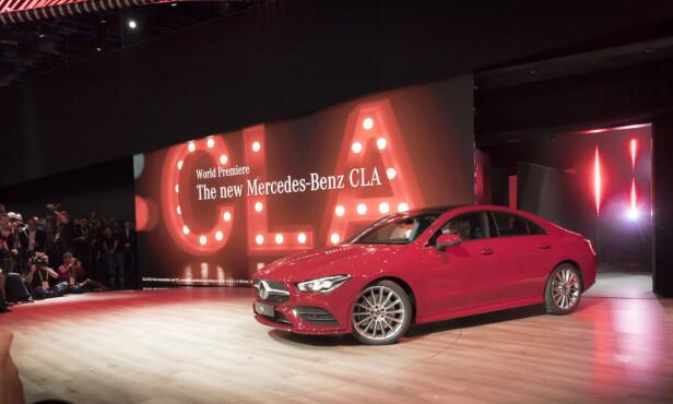 PREMIERE: Her kjører CLA II inn på scenen foran et publikum i hovedsak bestående av reportere. Verdenspremière på en ny Mercedes-modell er ikke hverdagskost i Las Vegas. Foto: Daimler AG