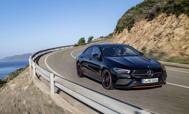 <strong>SPORTSLIGE LINJER:</strong> Med sin aggressive fremtoning og økte dimensjoner ønsker Mercedes å befeste CLAs sportslige image. Spesialutgaven som er avbildet på de første offisielle bilder forsterker inntrykket. Foto: Daimler AG