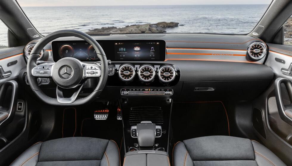 HI-TECH: Interiøret inneholder de høyverdige elementene som A- og B-klasse fikk hentet fra flaggskipet S-klasse. Det blir litt ekstra spektakulært i denne Edition Orange Art. Foto: Daimler AG