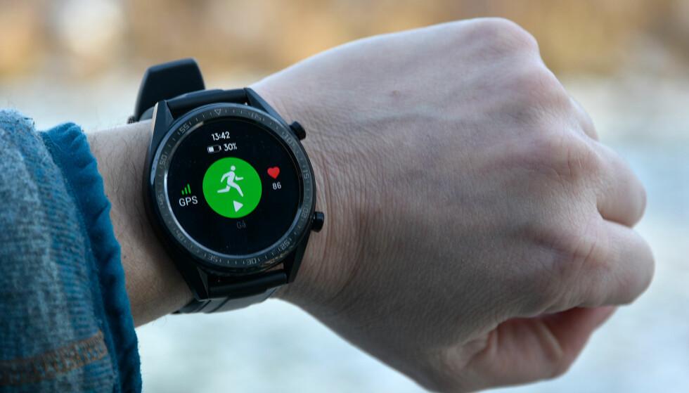KJAPP GPS: Det tok ikke mer enn et sekund eller to å finne GPS-satelittene, og så er det bare å trykke på knappen for å sette i gang treningsøkta. Foto: Pål Joakim Pollen