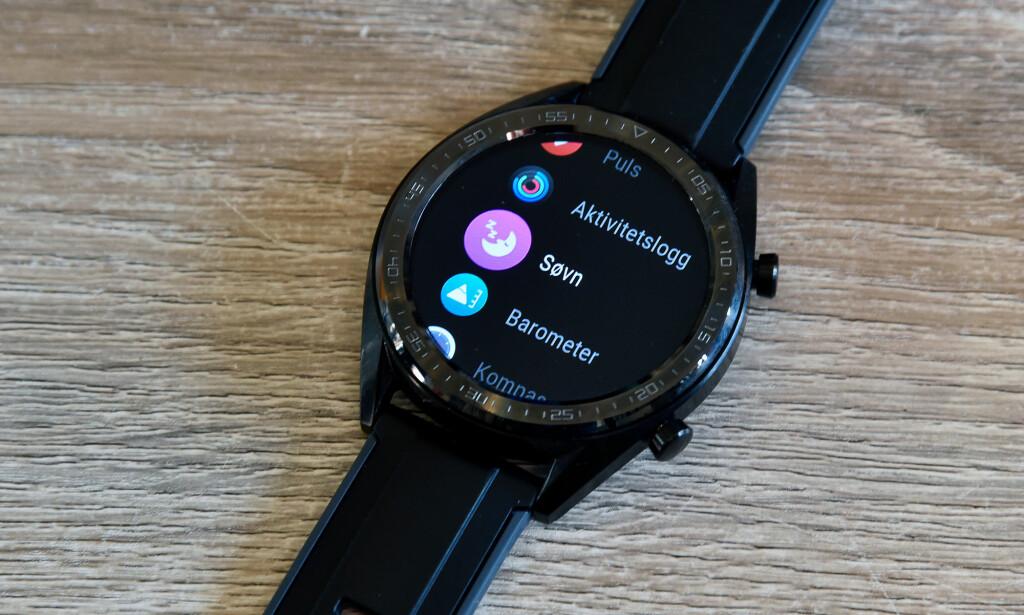 ENKELT: Lite OS har ikke så fryktelig mye spennende å by på – ingen støtte for tredjepartsapper, musikkstyring, GPS-navigering eller den slags. Foto: Pål Joakim Pollen