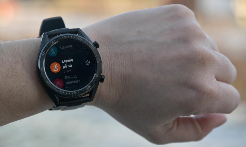 FLERE TRENINGSPROGRAMMER: Watch GT kan måle aktiviteten din når du trener, enten du skal løpe på sti, klatre, svømme eller sykle innendørs. Foto: Pål Joakim Pollen