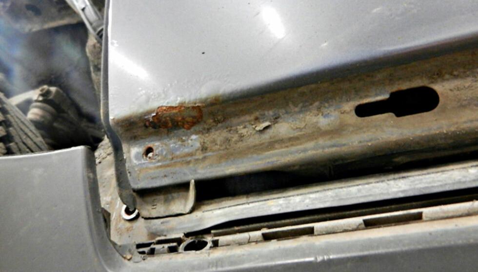 RUST: Fuktighet i garasjen kan gi god grobunn for rust på bilen. Foto: Redaksjonen