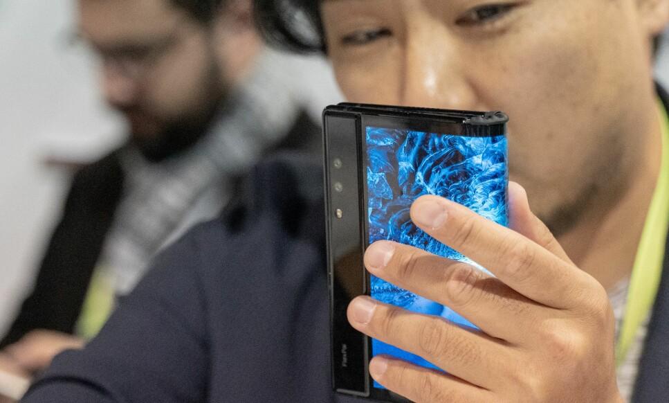 BRETTBAR MOBIL: Amerikanske Royole er først ut med en brettbar smarttelefon. Dette er FlexPai. Foto: Martin Kynningsrud Størbu
