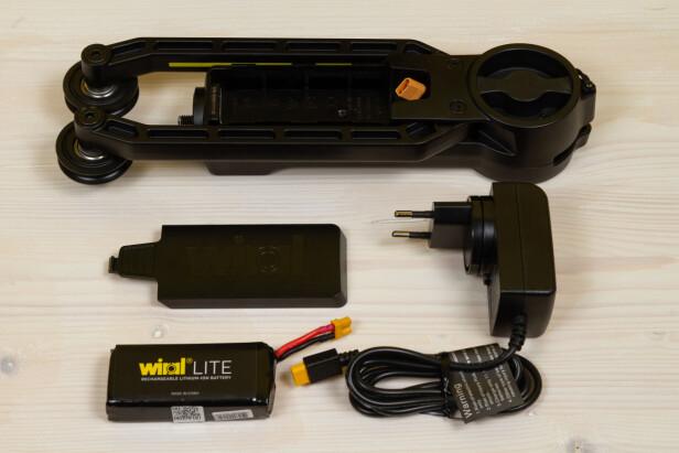 UT MED BATTERIET: Flere ganger opplevde vi at batteriet tømte seg av å stå tilkoblet i hovedenheten over tid. Merk også at det står Li-ion på batteriet, mens det egentlig er Li-po. Batteriet har intern beskyttelse mot ut- og overlading. Foto: Tron Høgvold